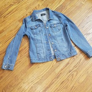 L Light wash denim jacket